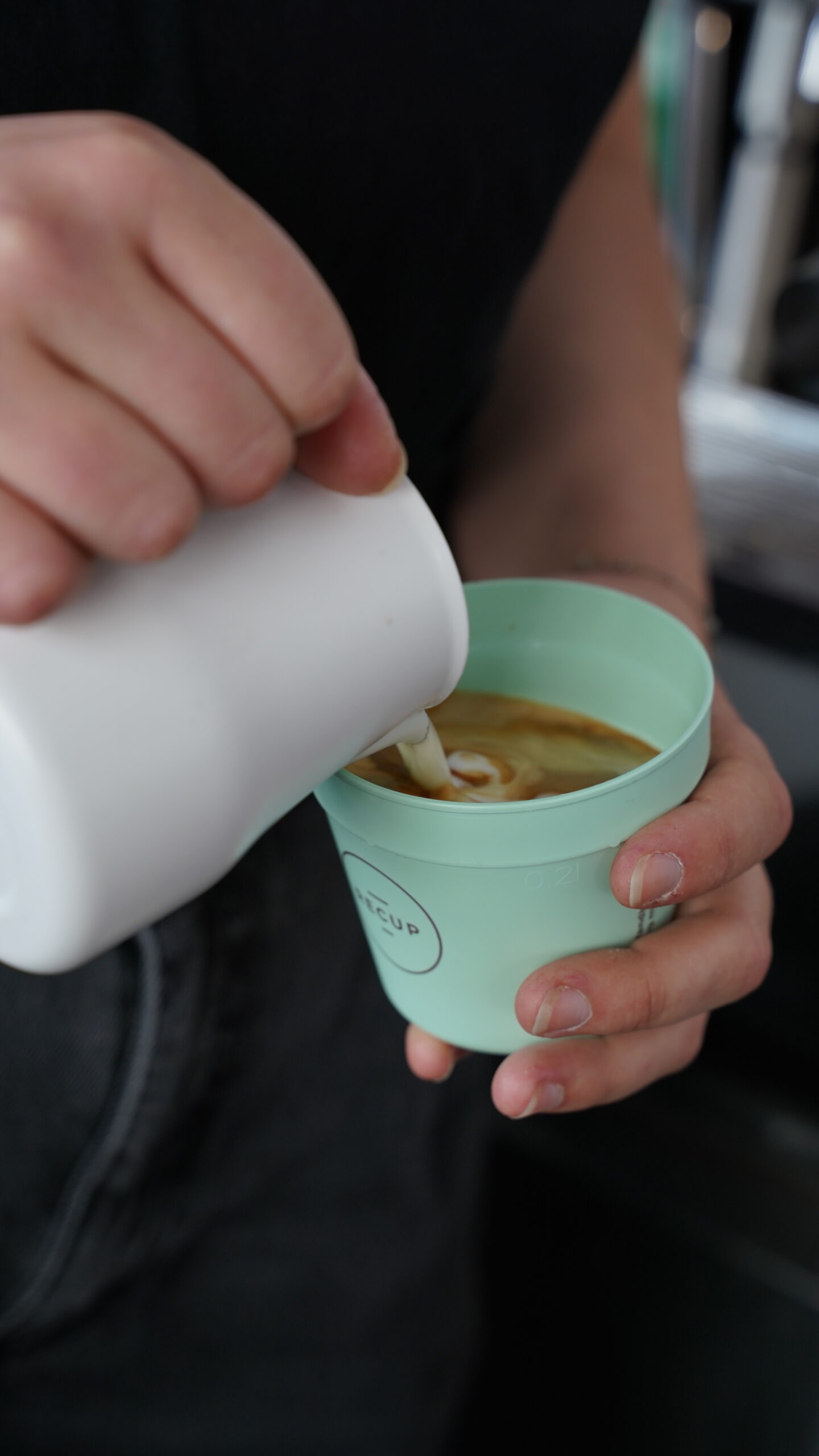 Cappuccinozubereitung im Recup-Becher